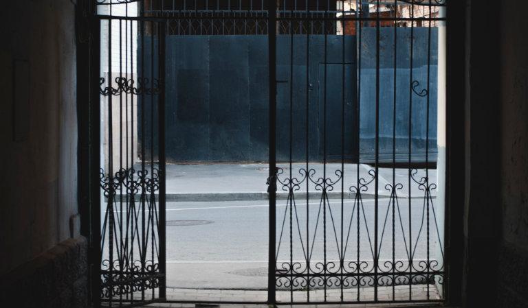 Ilustračný obrázok - otvorené dvere na bráne